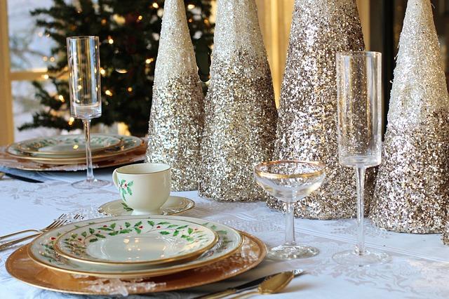 Las decoraciones en la mesa de Navidad hacen una gran diferencia
