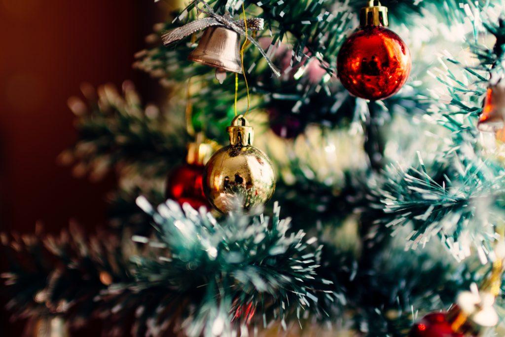 Las ramas del pino de Navidad deben mostrar frescura